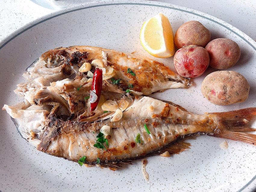 pescado con papas arrugadas canarias